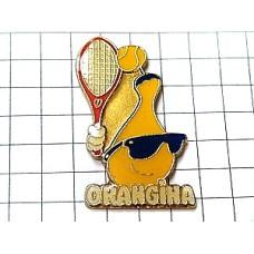 ピンバッジ・テニスするオランジーナ瓶