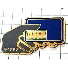 ピンバッジ・BNP銀行カードと手