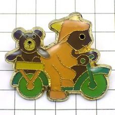 ピンズ・自転車に乗る熊のぬいぐるみ