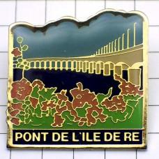 ピンズ・レ島の橋と花々