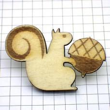 ピンズ・New!木製リスとドングリ