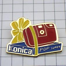 ピンズ・コニカ赤いカメラ写真