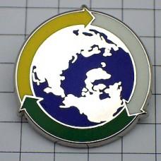 ピンズ・リサイクル矢印に囲まれた地球