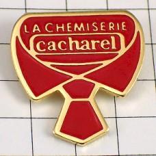 ピンバッジ・キャシャレル赤いネクタイの襟元