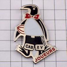ピンズ・蝶ネクタイのペンギンのラグビー選手