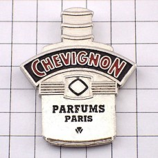 ピンズ・シェビニオン香水壜パリ洋服