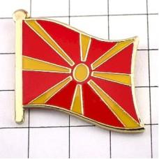 ピンズ・New!マセドニア国旗デラックス薄型キャッチ付き