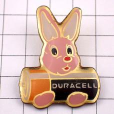 ピンバッジ・ピンク色ウサギのぬいぐるみ乾電池デュラセル