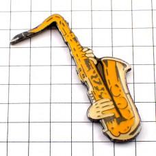 ピンバッジ・音楽楽器サックスと手