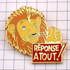 ピンバッジ・何でも答える!ライオンのOKサイン親指