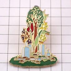 ピンバッジ・大きな木の根元の町