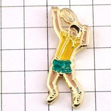 ピンバッジ・テニス選手サーブする黄色い服