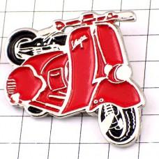 ピンズ・ベスパ赤スクーター二輪バイク一台