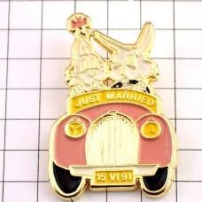 ピンバッジ・ハネムーン新婚ウサギのカップル車ピンク色
