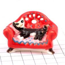 フェブ・赤いソファの上のネコ猫