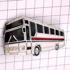 ブローチ・白い大型バス車