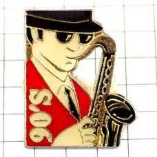 ピンズ・音楽サックス楽器サングラスの男
