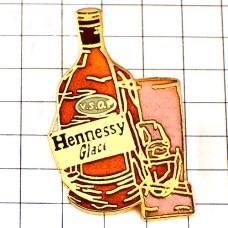 ピンズ・ヘネシー酒コニャックとグラス氷