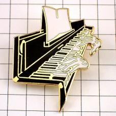 ピンバッジ・ピアノを弾く手音楽楽器