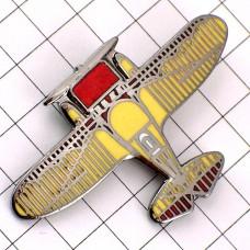 ピンバッジ・飛行機ミリタリー戦闘機プロペラ赤と黄色