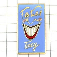 ピンズ・白い歯わらう笑顔の赤い口唇