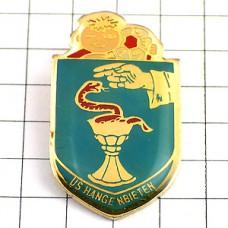 ピンズ・赤い蛇カップ魔術師の手の紋章