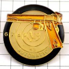 ピンバッジ・自動小銃ピストルと的シューティング射撃