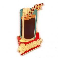 ピンズ・アイスココアの入ったグラス飲物ストロー2本