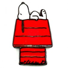 ピンズ・赤い犬小屋の上のスヌーピー犬