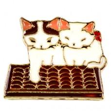 ピンズ・New!ソロバンと並んで座る猫2匹