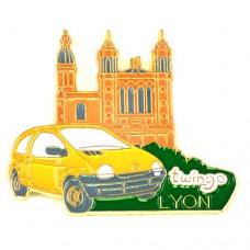ピンズ・黄色ルノー車トゥインゴ大聖堂リヨン町