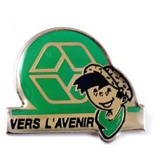 ピンズ・リサイクル未来へ向かってエコロジー緑のスカーフの男の子