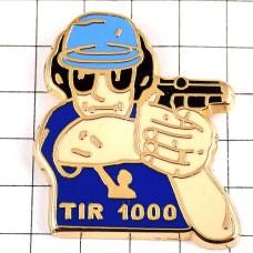 ピンバッジ・射撃スポーツ拳銃を構える選手シューティング1000