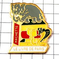 ピンズ・象とコブラ蛇と本アシェット社パリの出版社