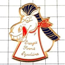 ピンズ・白い馬エプロン掛ける