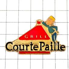 ピンズ・グリル赤い光レストランのギャルソン給仕