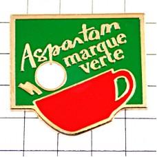 ピンズ・赤いカップに錠剤の砂糖アスパルテーム人工甘味料
