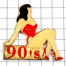 ピンズ・赤い下着と靴ハイヒールの女の子ウィンストン煙草