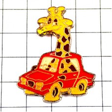 ピンズ・キリン赤い車のパンク動物