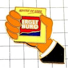 ピンバッジ・黄色いカードを持つ手