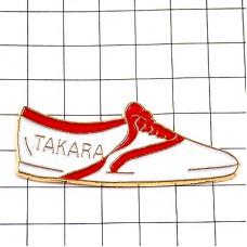 ピンバッジ・タカラ白いスニーカー靴