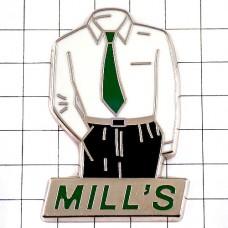 ピンバッジ・緑のネクタイ白いシャツ男性メンズ洋服