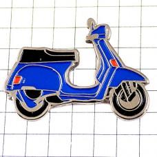 ピンズ・ベスパ青スクーター二輪バイク一台