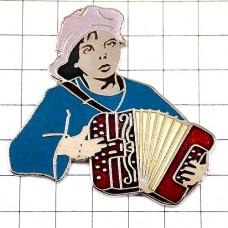 ピンズ・ボタンアコーディオンを弾くパリ街頭の男の子