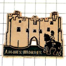ピンバッジ・エーグ=モルト城と黒馬の騎士