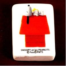フェーヴ・スヌーピーとウッドストック赤い犬小屋の上でお昼寝