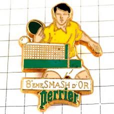 ピンバッジ・卓球ネット黄色い服の選手ペリエ水スポンサー