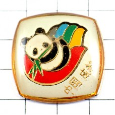 ピンズ・笹の葉をくわえるパンダ手のひら中国