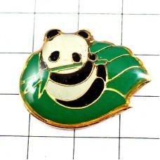 ピンズ・笹をくわえるパンダ手のひら中国