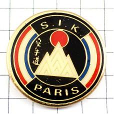 ピンズ・空手道パリの道場しろい山と朝日トリコロール青白赤